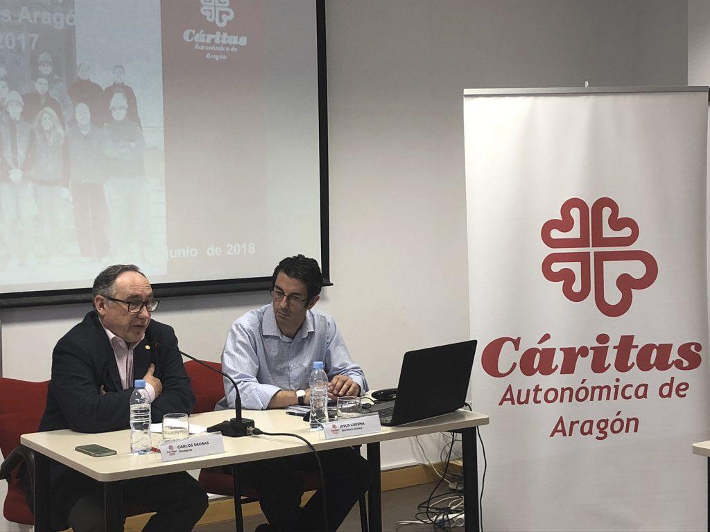 Carlos Sauras y Jesús Luesma, presidente y secretario de Cáritas Aragón, durante la presentación de la memoria.