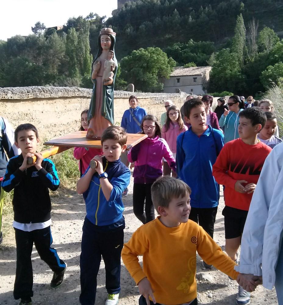 MAYO: Niños de Luna, en las Cinco Villas, llevando la imagen de Nª Sª de la Misericordia